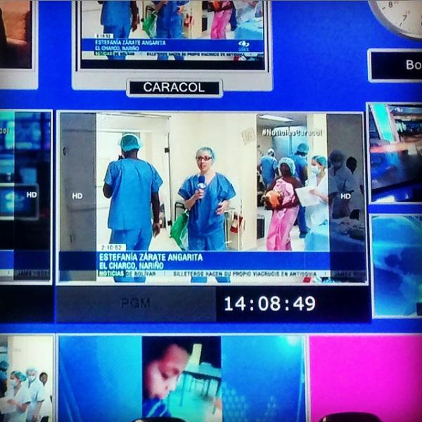 Captura de pantalla de monitor de televisión. Reportera Estefanía Zárate Angarita realizando paso en cámara en Hospital del municipio de El Charco, en el departamento de Nariño, Colombia.